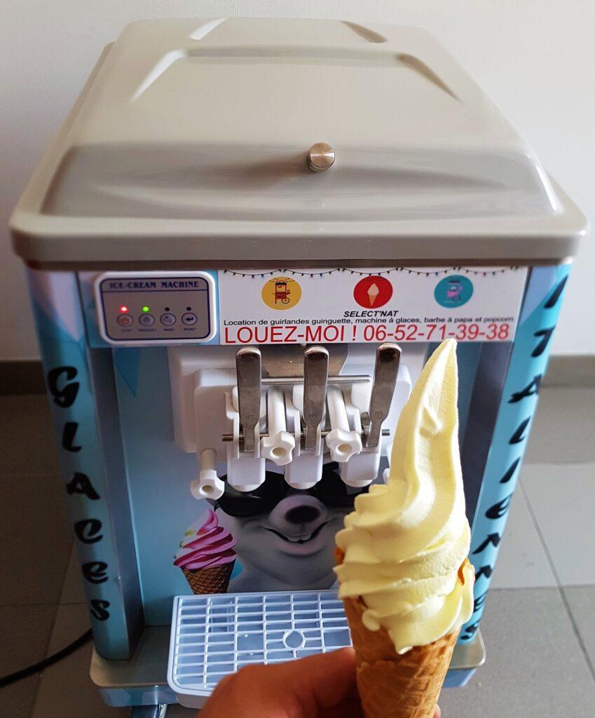Machine-a-glace-italienne-avec-glace-a-la-Vanille.